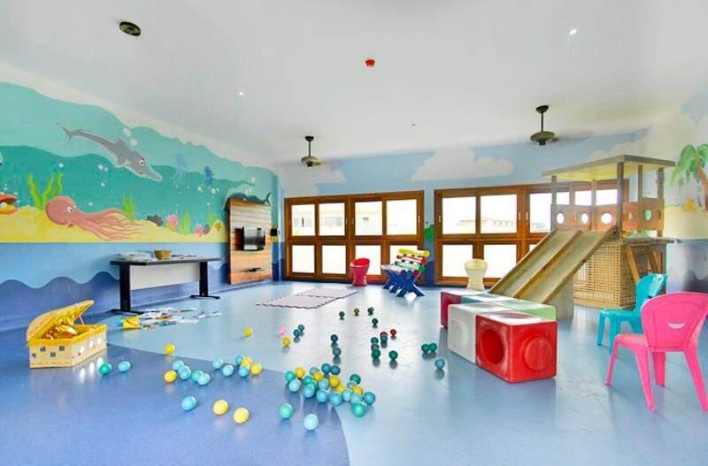 Sala com diversas atividades para crianças
